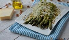 Szparagi z parmezanem i pistacjami