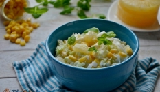 Surówka z kapusty pekińskiej, ananasa i kukurydzy