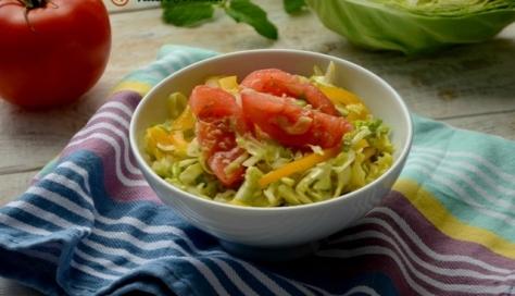 Surówka z młodej kapusty z papryką i pomidorem