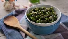 Szparagi z czosnkiem i miętą