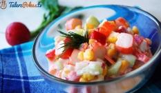 Lekka sałatka z surimi i warzywami