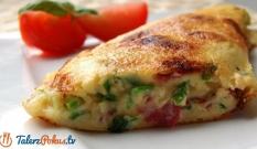 Omlet z salami i żółtym serem