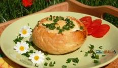 Kajzerki zapiekane z pomidorem i jajkiem
