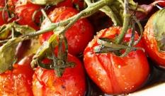 Pomidorki zapiekane z bazylią i czosnkiem