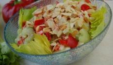 Sałatka z selera naciowego, jabłka i ananasa