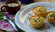 Mini frittaty z pomidorem i białym serem