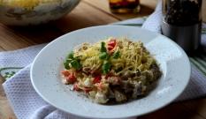 Sałatka śledziowa z papryką i żółtym serem