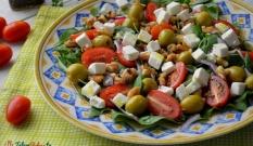 Sałatka z rukolą, pomidorkami i orzechami